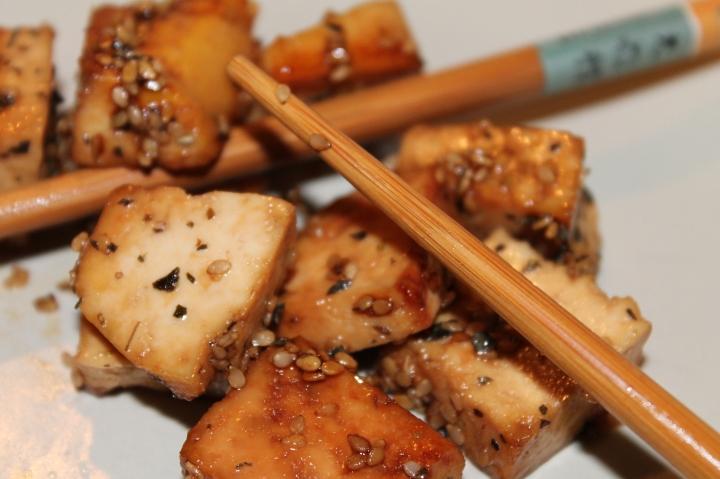 Tofu laqué aux graines desésame