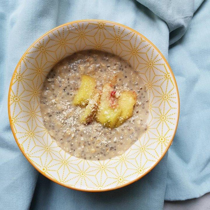 Porridge de graines de chia et flocons d'avoine à lapêche