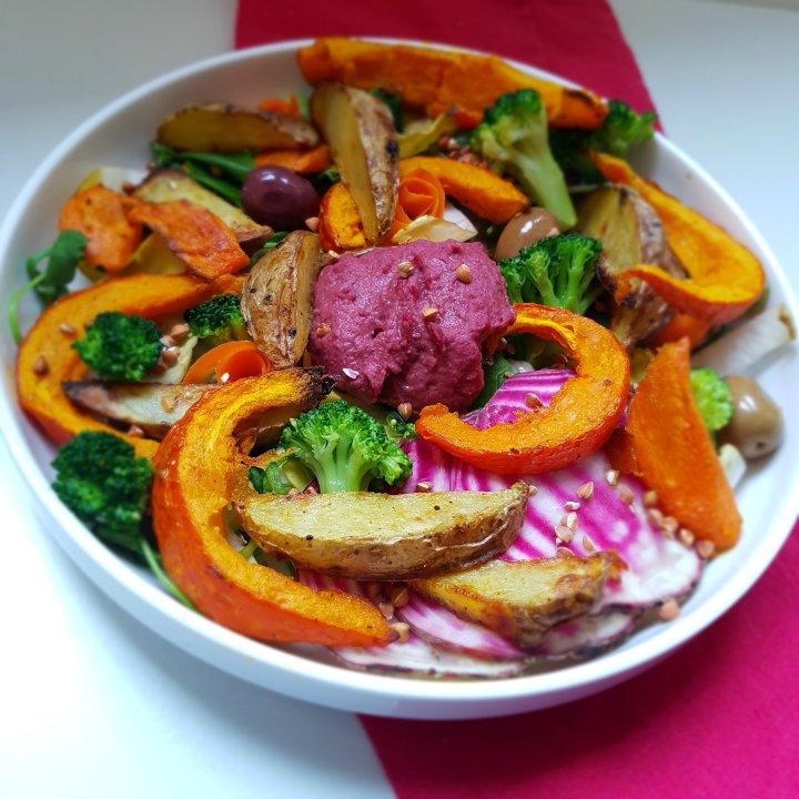Salade d'hiver aux légumes rôtis et auhoumous